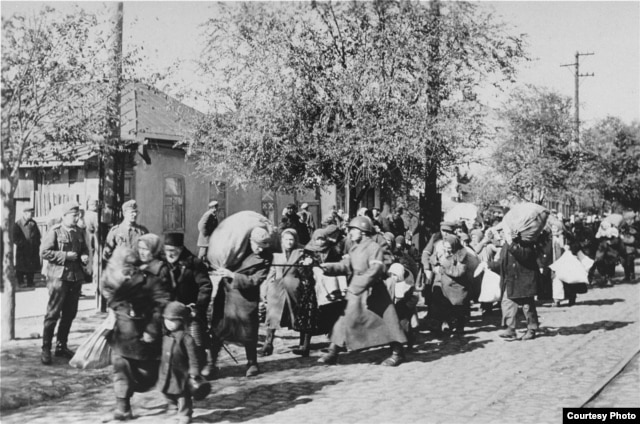 Jews are deported to Transdniester in 1941 or 1942. (Photo: U.S. Holocaust Memorial Museum, courtesy of U.S. National Archives and Records Administration)