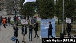 Акцыя «Моладзевага блёку» супраць прымушэньня дадатэрміновага галасаваньня студэнтаў