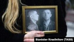 """На акции в память жертв сталинского террора """"Возвращение имён"""", Москва, октябрь 2019 года"""