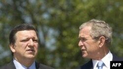 جرج بوش، سمت راست، روز شنبه با خوزه مانوئل باروسو، رييس کميسيون اتحاديه اروپا، سمت چپ، و نیکلا سرکوزی، رییس جمهوری فرانسه، دیدار می کند.(عکس:AFP)