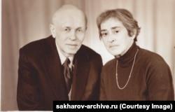 Изможденный Сахаров и Боннэр в Горьком в 1985 году, через два дня после окончания одной из своих голодовок.