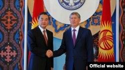 Глава МИД КНР Ван И и президент КР Атамбаев. Фото Султана Досалиева.