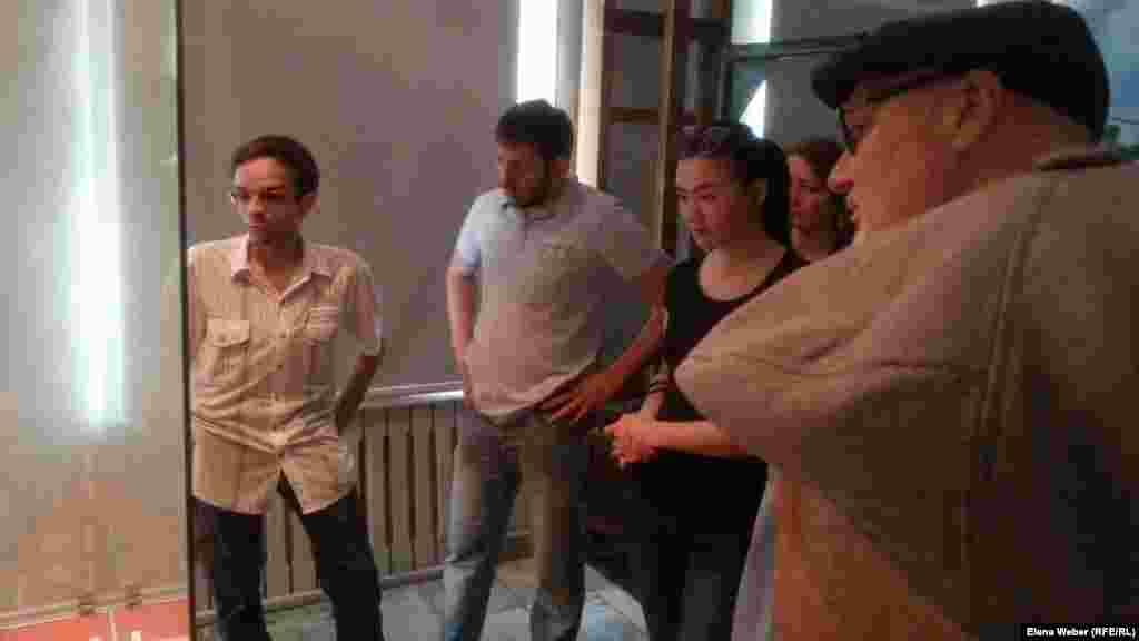 Сегодня в честь Дня памяти жертв политических репрессий вход для посетителей музея Карлага был свободным, но фотографировать им запрещалось. В обычные же дни экскурсия для одного человека здесь стоит 700 тенге (около четырех долларов).