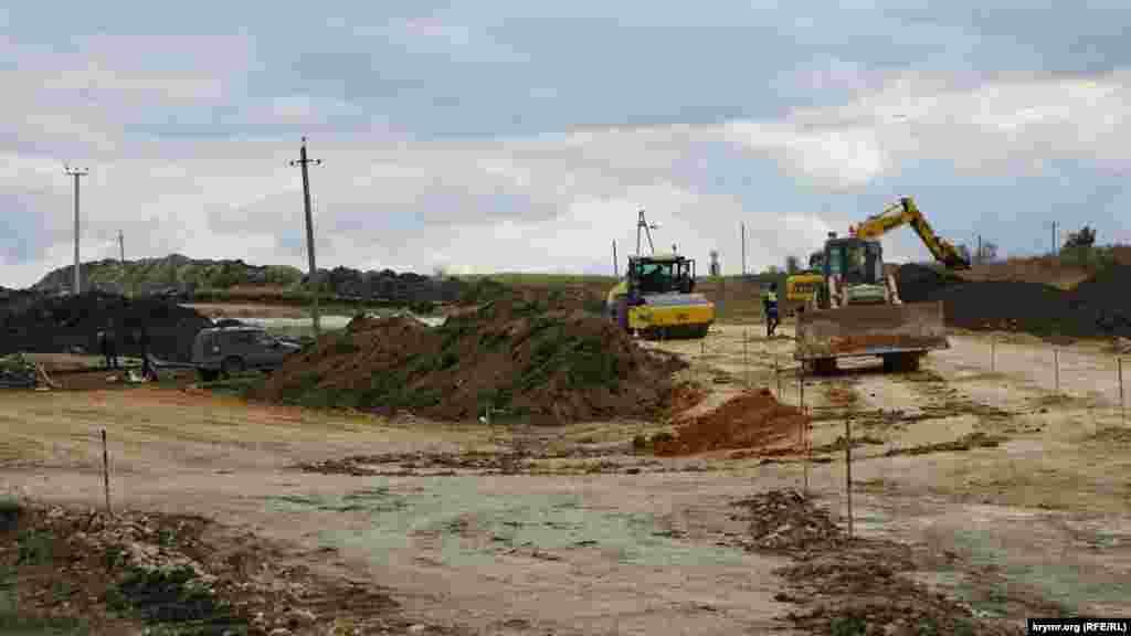 На этом участе возле села Некрасово Белогорского районе трассу проложат в обход так называемого Екатеринского моста, обнаруженного при строительстве дороги