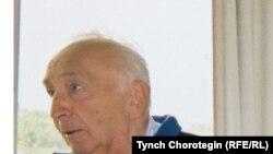Профессор Денис Сайнор ПИАКтын 44-отурумунда. Валберберг, Германия. 2001-жылдын 27-августу. TCh.