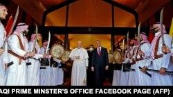 Премьер-министр Ирака Мустафа аль-Кадхеми принимает Папу Франциска по прибытии в столицу Багдад. 5 марта 2021 года.