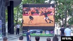 ფეხბურთში მსოფლიო ჩემპიონატის გულშემატკივრები ფილარმონიის წინ უყურებენ თავისი ფავორიტების თამაშს