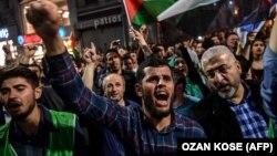 Disa persona duke protestuar kundër ngjarjeve në kufirin në Gaza.