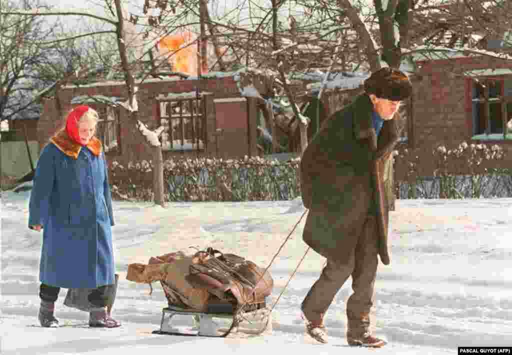 Літнє подружжя залишає Грозний зі своїм скарбом, який помістився на санчатах. У місті немає світла, газу, води та їжі. 24 січня 1995 року