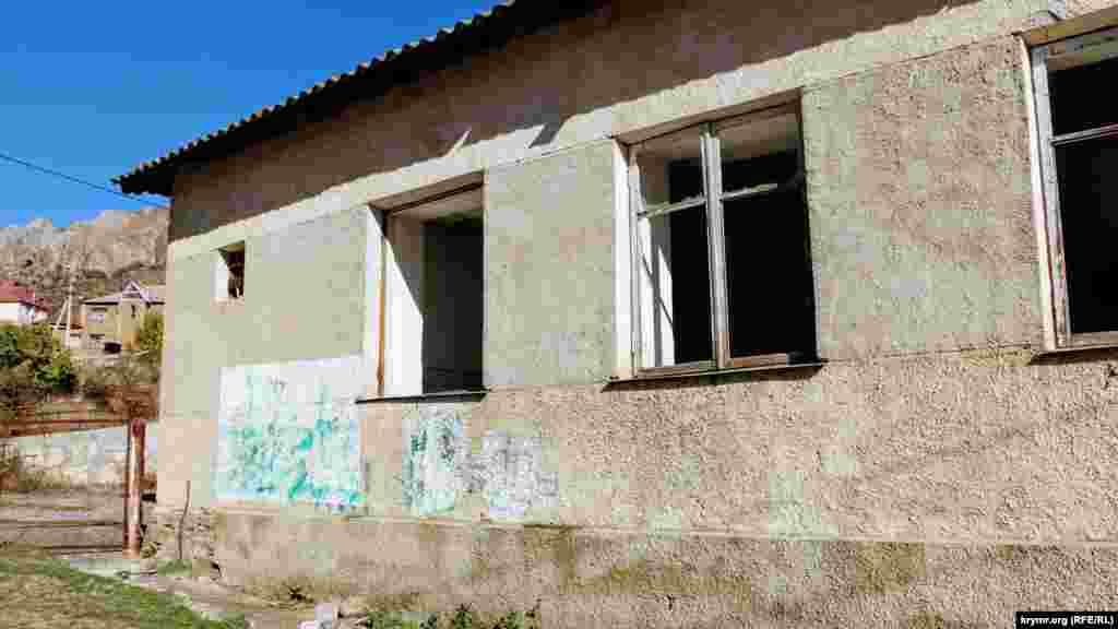 Закинута сільське будівля із затертою кримськотатарською тамгою – родовим знаком династії Гераїв, яка правила Кримським ханством. Як національний символ тамгу використовують кримські татари