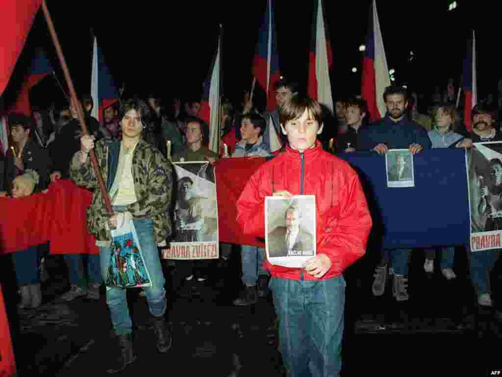 دانشجویان جوان با شعار «حقیقت برنده است»، با تصویر واتسلاو هاول، ۱۷ دسامبر ۱۹۸۹ در میدان واتسلاو در پراگ