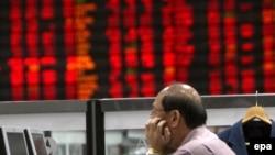 بازارهای آسیا روز دوشنبه کار خود را با پنج درصد افت در بهای سهام آغاز کردند. (عکس: EPA)