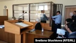 С лидера профсоюза нефтесервисной компании OCC Амина Елеусинова снимают наручники в Алматинском районном суде. Астана, 26 апреля 2017 года.