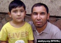 Алматы тұрғыны Ақан Құрбанай, бірінші сыныпқа баратын баласымен бірге. Алматы, 21 тамыз 2012 жыл.