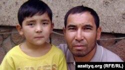 Акан Курбанай с сыном, поступающим в первый класс. Алматы, 21 августа 2012 года.