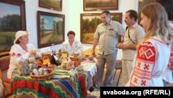 На выставе майстроў Пружанскага дому рамёстваў