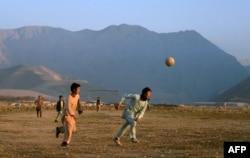 Мазари-Шариф уәлаятындағы ауылда балалар футбол ойнап жүр. 1930-жылдары Қазақстаннан қоныс аударғандардың бір бөлігі осы уәлаятқа тұрақтаған. 2014 жылғы желтоқсан.
