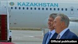 Қазақстан президенті Назарбаев пен Қырғызстан президенті Алмасбек Атамбаев Ыстықкөлдегі кездесуде. 11 тамыз 2015 жыл.