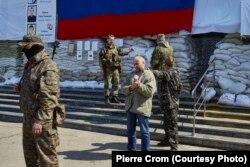Командир пророссийских сил Игорь Стрелков отдает приказ об освобождении заложника