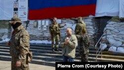Командир российских гибридных сил Игорь Стрелков отдает приказ об освобождении заложника