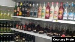 В 2010 году правительство решило урегулировать отношения на рынке алкогольной продукции. Но даже беглый взгляд на прилавки сегодня, спустя четыре года, показывает, что на большинстве товаров нет даже акцизных марок. Фото автора