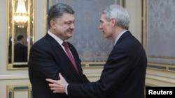 Президент України Петро Порошенко та сенатор-республіканець США Роб Портман у Києві, 9 квітня 2015 року