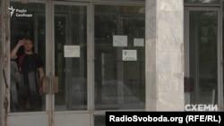 На території фабрики журналісти помітили наліпку політичної партії