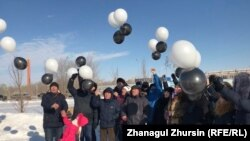 Актюбинские активисты запускают в небо шары в память о погибших при пожаре в Астане пятерых детях. Актобе, 5 февраля 2019 года.