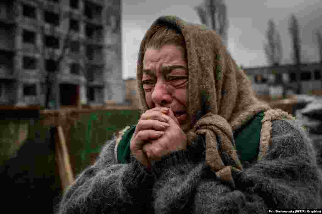 An elderly woman cries as she says goodbye to family before boarding a bus to be evacuated from the eastern Ukrainian city of Debaltseve, the site of intense fighting between pro-Russian rebels and Ukrainian government forces. (Petr Shelomovsky for RFE/RL)