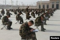 Новобранцы сдают экзамен на предмет владения политической теорией, Кашгар, Китай.
