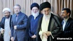 محمود احمدینژاد (راست) گفته است که با خانواده لاریجانی (چپ) مخالف است و مدیرانش از آیتالله خامنهای خواستهاند محمود هاشمی شاهرودی (وسط) را مأمور پرونده آنها کند.