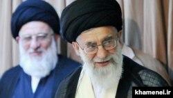 Духовный лидер Ирана аятолла Али Хаменеи (справа).