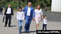 Președintele moldovean Igor Dodon împreună cu familia la un marș al Bisericii ortodoxe împotriva comunității LGBT. 12 mai 2018