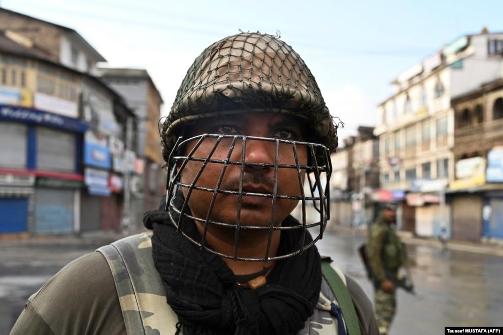 Индийский полицейский в Сринагаре. 8 августа 2019 года. Изменение правового статуса региона означает, что ему больше не позволено принимать свои законы, а нерезидентам разрешат покупать недвижимость на этой территории.