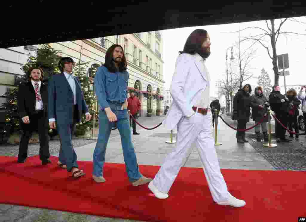 Figurile de ceară ale lui John Lennon, George Harrison, Paul McCartney și Ringo Starr în chip de Abbey Road Beatles la intrarea hotelului Adlon de la Berlin, 18 decembrie.