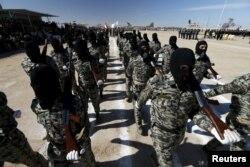 از بالا: شبهنظامیان شیعی عضو بسیج مردمی و (پایین) شبهنظامیان سنی بسیج مردمی عراق در حال رژه در بغداد و فلوجه