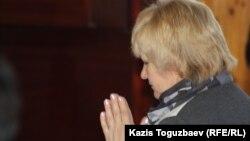 Буддизм дінін ұстанатын Наталья Вавилова ғибадатханадағы құлшылық кезінде. Алматы, 7 сәуір 2013 жыл.