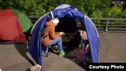 Участники голодовки в палатке напротив администрации края