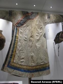 Праздничный халат из шкуры горбуши. Южно-Сахалинский музей