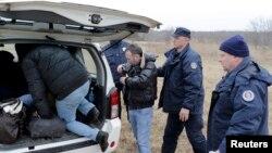 Pamje të qytetarëve të Kosovës gjatë kalimit ilegal të kufirit Serbi - Hungari...