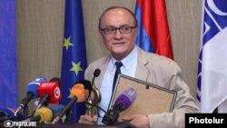 Директор Армянской службы Радио Свобода - Радио Азатутюн Грайр Тамразян получает премию «Золотой ключ» Центра свободы информации, Ереван, 28 сентября 2015 г.