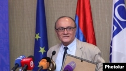 "Armenia - RFE/RL Armenian Service Director Harry Tamrazian received the ""Golden Key"" award for the best coverage of issues related to freedom of information, Yerevan, 28 Sep, 2015"