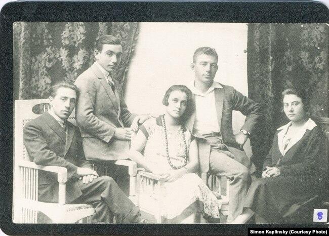 Мойша Каплінскі (крайні зьлева) са сваякамі