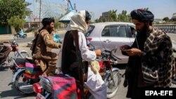 Боевик «Талибана» на блокпосту в Кандагаре