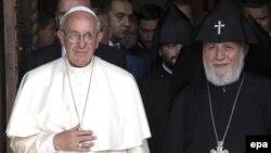 Папа Римский Франциск (слева) и Католикос всех армян Гарегин Второй в Эчмиадзине, 24 июня 2016 г․