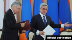 Armenia - President Serzh Sarkisian (R) and his visiting Austrian counterpart, Heinz Fischer, arrive at a news conference in Yerevan, 26Jun2012.