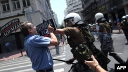 Судир меѓу грчката полиција и демонстранти во Атина на 29 Jуни 2010