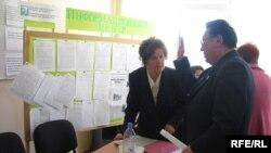 """Активисты движение """"Поколение"""" обсуждают проблемы благоустройства города. Тараз, 6 ноября 2008 года."""