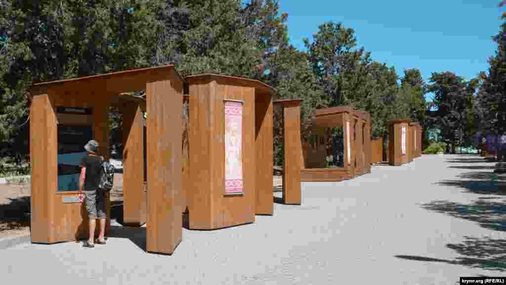 Новые деревянные конструкции с электронными дисплеями на главной аллее заповедника
