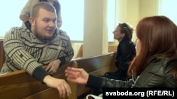 Павал Вінаградаў размаўляе з жонкай у судзе